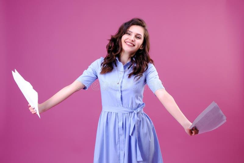 De gelukkige lege bladen van de meisjesholding van document in twee handen royalty-vrije stock foto