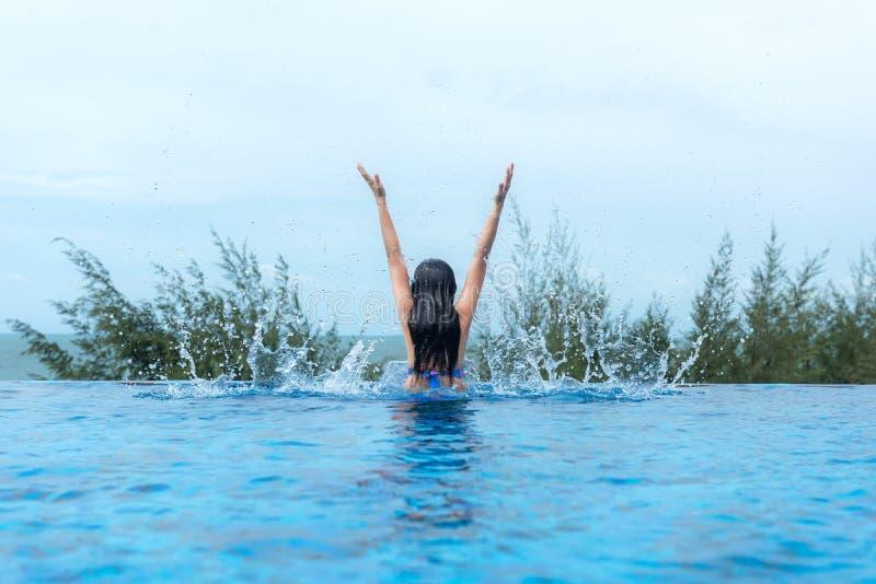 De gelukkige levensstijlvrouwen ontspannen en genieten van in de pool dichtbij het strand Vrouwen samen op de zomer en vakantiesr stock afbeeldingen