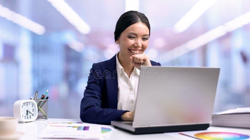De gelukkige lezing e-mail, projectgoedkeuring, carrièrevoltooiing van de bedrijfontwerper royalty-vrije stock afbeeldingen