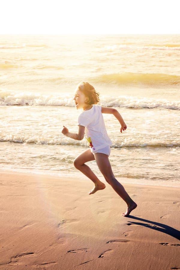 De gelukkige Looppas van het Meisjesstrand royalty-vrije stock afbeelding