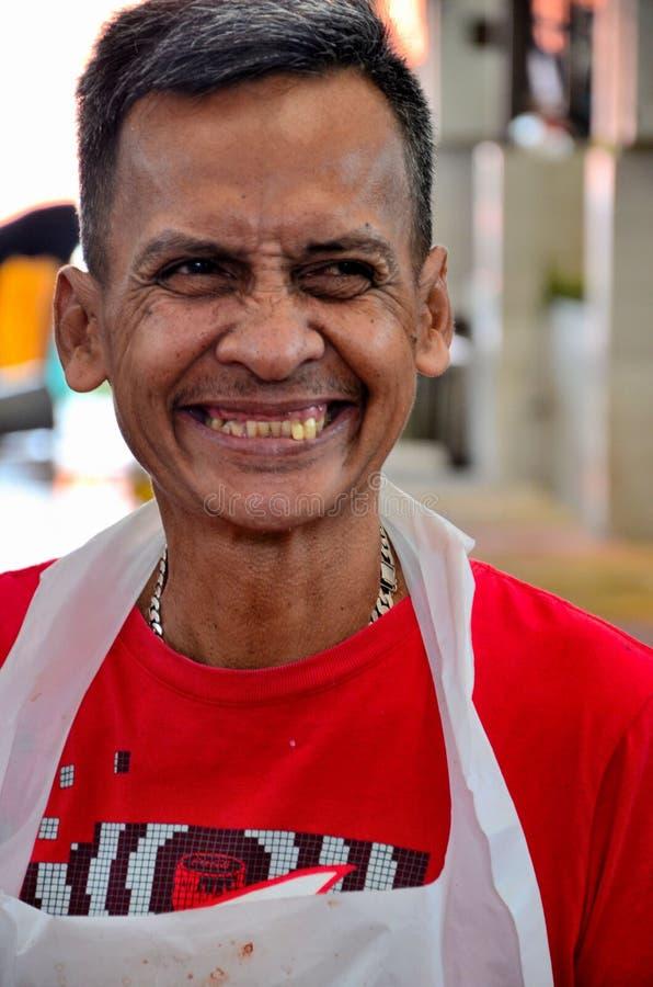 De gelukkige Maleise mens bij Satok-Weekendmarkt glimlacht cheerfully Kuching Sarawak Maleisië royalty-vrije stock foto's