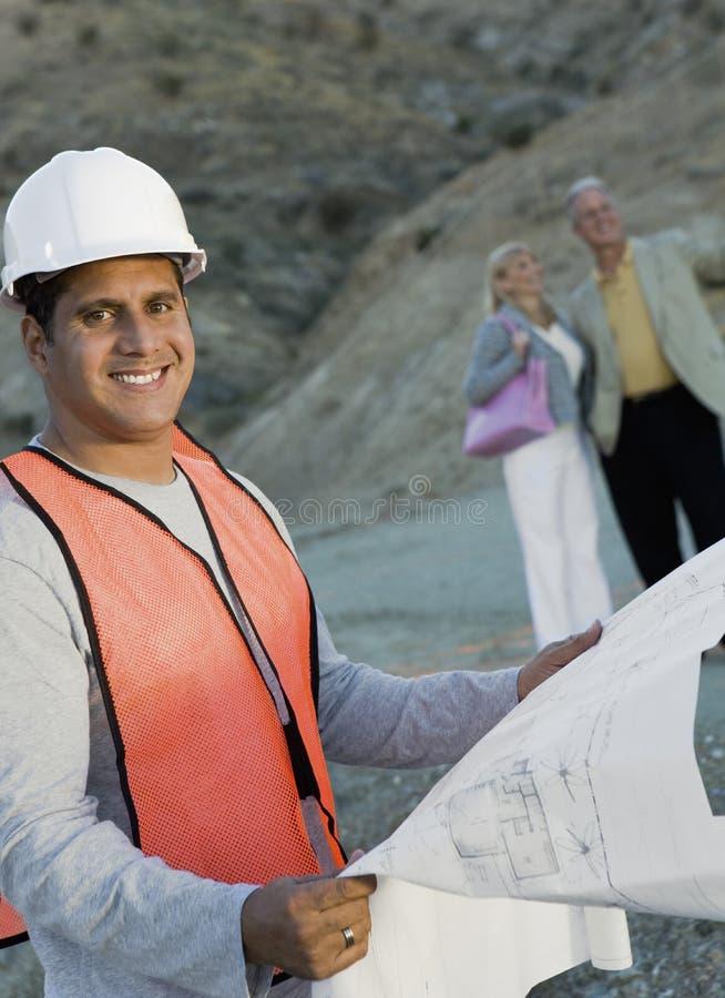 De gelukkige Mannelijke Blauwdruk van de Holding van de Architect stock foto