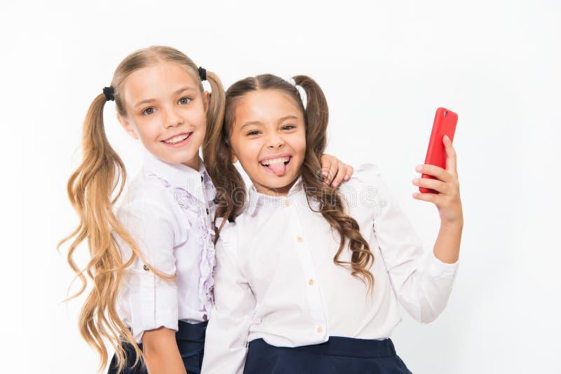 De gelukkige meisjes glimlachen met 4g mobiele telefoons Het gebruiken van 4g van draadloze mobiele telecommunicatietechnologie stock fotografie