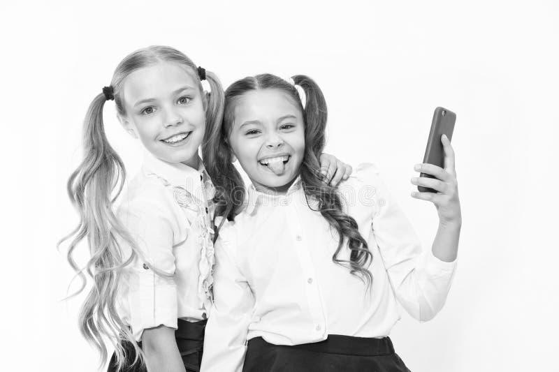 De gelukkige meisjes glimlachen met 4g mobiele telefoons Het gebruiken van 4g van draadloze mobiele telecommunicatietechnologie royalty-vrije stock fotografie