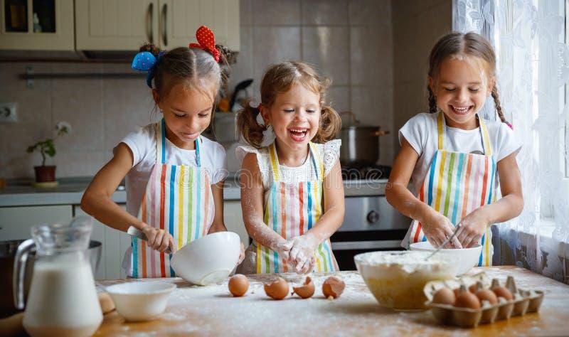 Download De Gelukkige Meisjes Van Zusterskinderen Bakken Koekjes, Kneden Deeg, Spelen Verstand Stock Afbeelding - Afbeelding bestaande uit leuk, gelukkig: 107704205