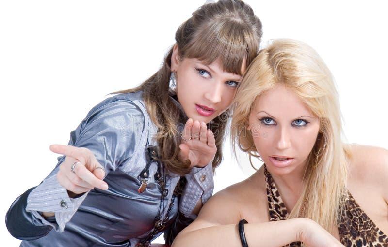 De gelukkige meisjesvrienden die en bespreken spreken stock afbeelding