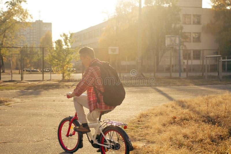 De gelukkige mens berijdt de fiets stock foto