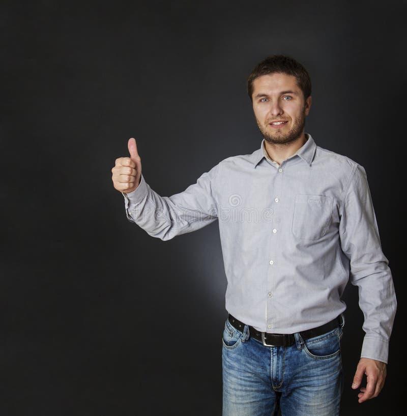 De gelukkige mens die duimen geven ondertekent omhoog royalty-vrije stock foto