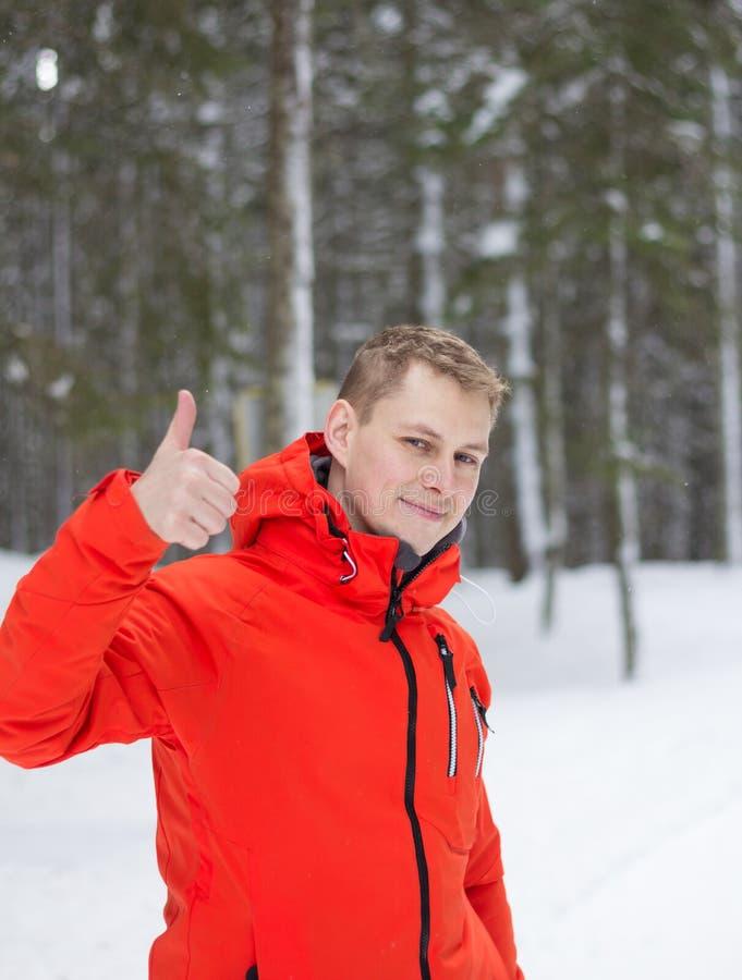 De gelukkige mens die duimen geven ondertekent omhoog openlucht royalty-vrije stock foto