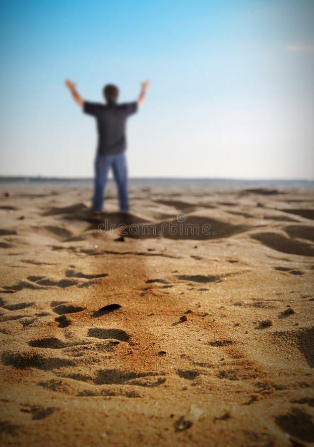 De gelukkige Mens die van de Vrijheid zich op Strand bevinden stock afbeeldingen
