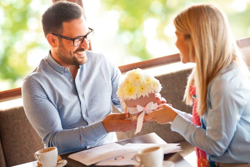 De gelukkige mens geeft romantisch boeket van bloemen zijn geliefde vrouw royalty-vrije stock foto's