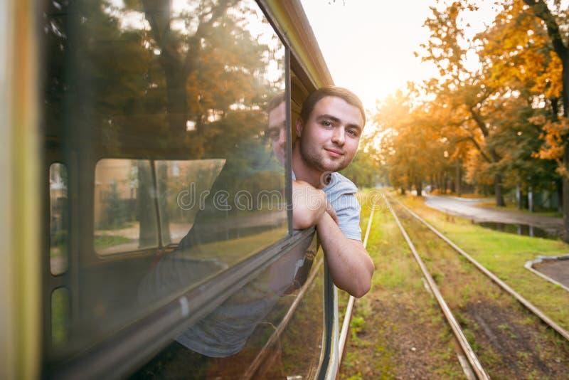 De gelukkige mens geniet van om openbaar vervoer in de stad te gebruiken royalty-vrije stock fotografie
