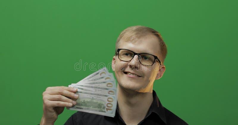 De gelukkige mens ontving papiergeld voor een belangrijke overeenkomst De rekeningen van de dollar in de hand stock afbeelding