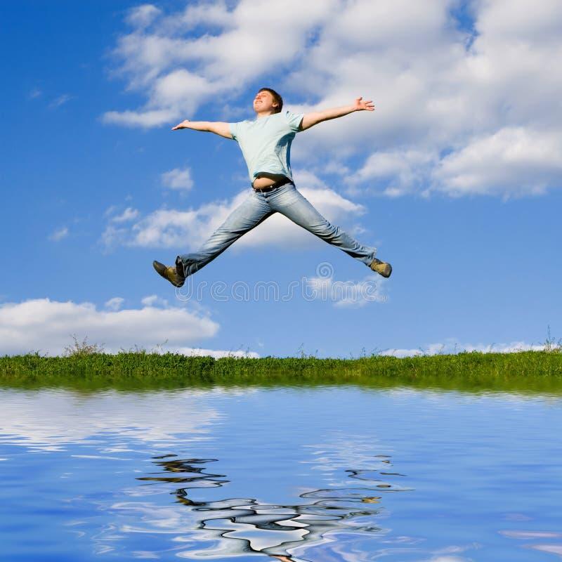 De gelukkige mens springt royalty-vrije stock foto's