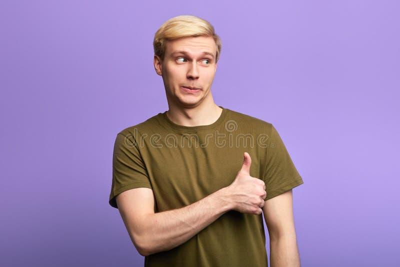 De gelukkige mens toont de duimen omhoog ondertekenen royalty-vrije stock afbeeldingen