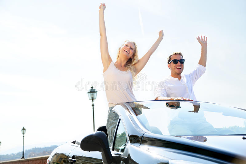 De gelukkige mensen in auto het drijven op weg halen over royalty-vrije stock foto's