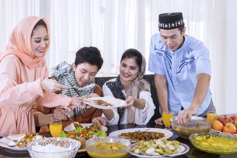 De gelukkige mensen bereiden voedsel voor onderbrekingen voor snel royalty-vrije stock afbeelding