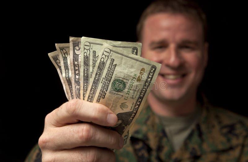 De gelukkige Militaire Mens ontvangt Geld royalty-vrije stock afbeelding