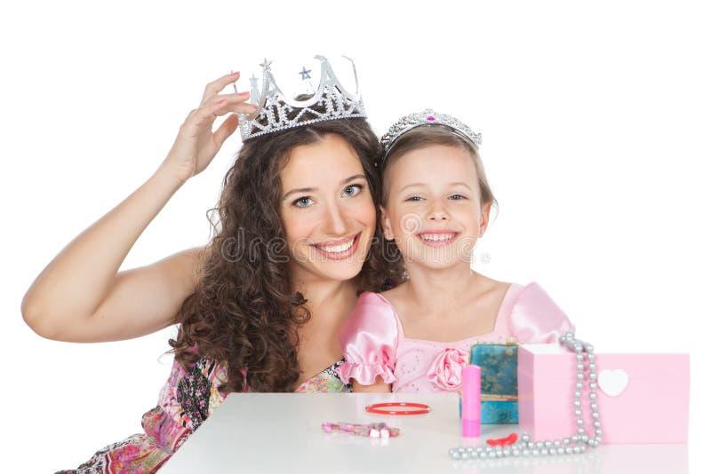De gelukkige moeder en het meisje kleedden zich als prinses royalty-vrije stock afbeelding