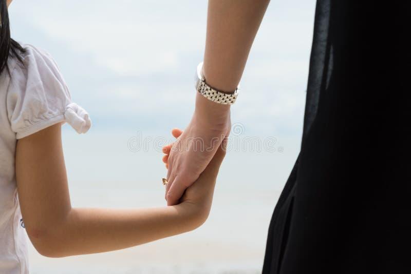 De gelukkige moeder en kindzorg van de verhoudingsouder stock foto