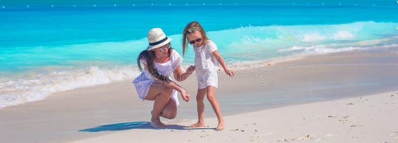 De gelukkige moeder en weinig dochter hebben pret tijdens stock foto's