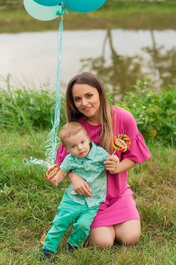 De gelukkige moeder houdt in openlucht leuke glimlachende zoon royalty-vrije stock foto's