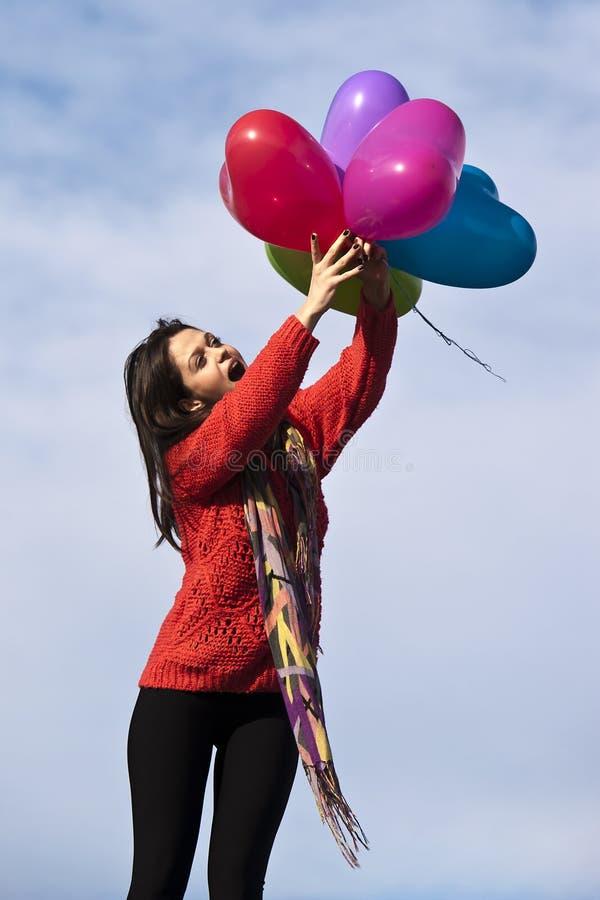 De gelukkige mooie ballons van de het hartvorm van de meisjesholding stock afbeelding