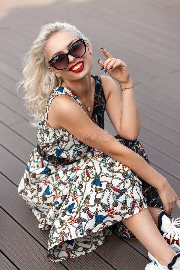 De gelukkige mooie jongelui koelt modieus meisje met zonnebril royalty-vrije stock foto