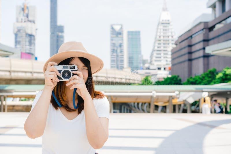 De gelukkige mooie reizigers Aziatische vrouw draagt rugzak stock foto's