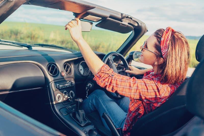 De gelukkige mooie Vrouw drijft een cabriolet auto royalty-vrije stock afbeelding