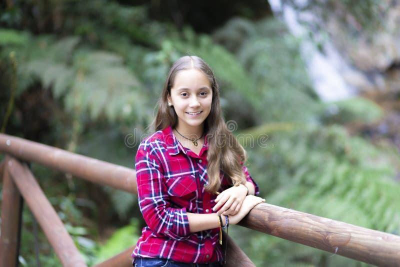 De gelukkige Mooie Vrouw geniet van de Berg stock fotografie