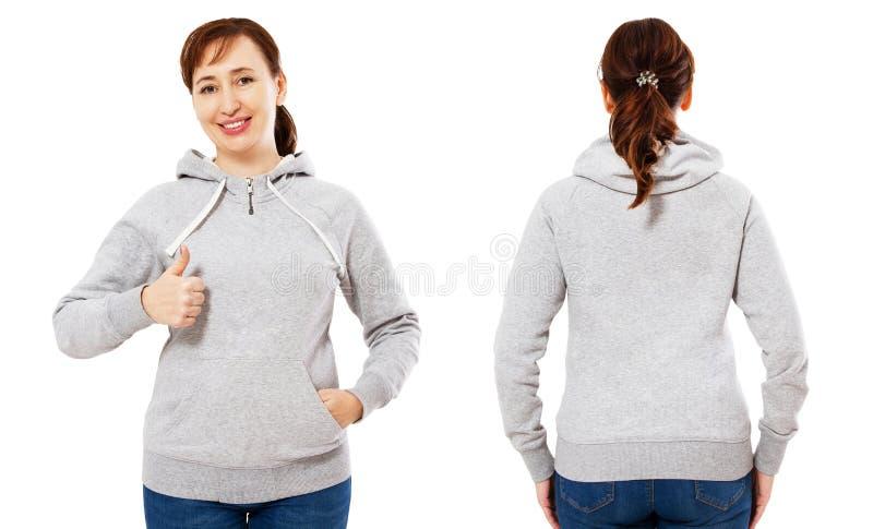 De gelukkige mooie vrouw op middelbare leeftijd in een grijs sweatshirt die als teken tonen, hoodie spot plaatste omhoog stock afbeelding