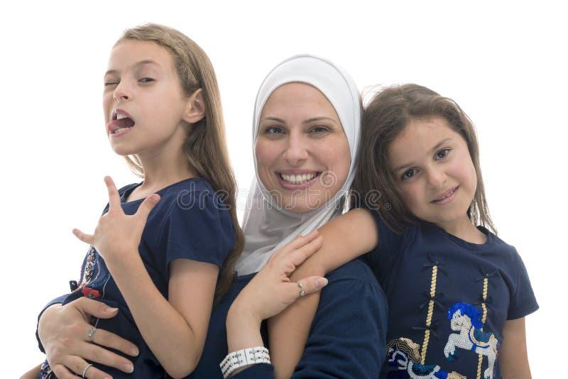 De gelukkige Moslim Vrouwelijke Familie, de Moeder en Haar Grappig stellen Dochter stock foto's