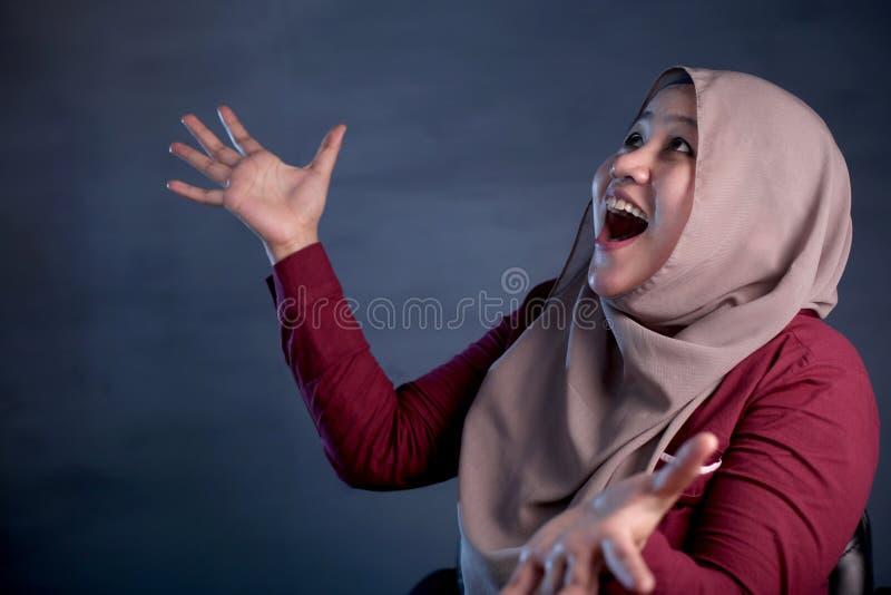 De gelukkige Moslimvrouw toont het Winnen Gebaargroet iets stock fotografie
