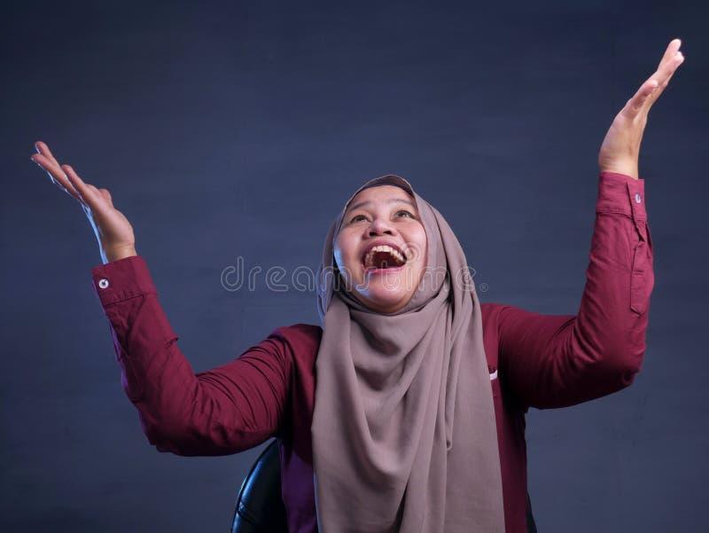 De gelukkige Moslimvrouw toont het Winnen Gebaargroet iets royalty-vrije stock afbeelding
