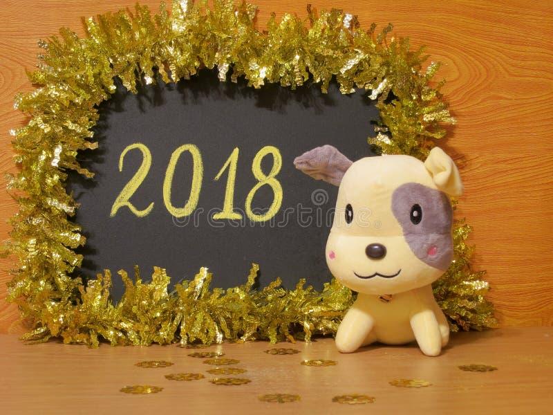 De gelukkige Nieuwjaarskaart van 2018 - de Gele Foto's van de hondvoorraad royalty-vrije stock afbeelding