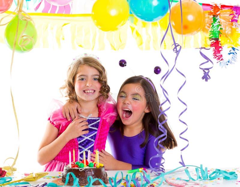 De gelukkige omhelzing van kinderen in verjaardagspartij het lachen royalty-vrije stock afbeelding