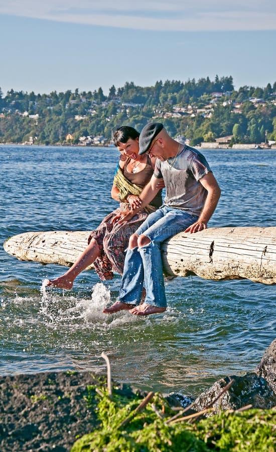 De gelukkige Oudere Bespattende Voeten van het Paar in Water stock fotografie