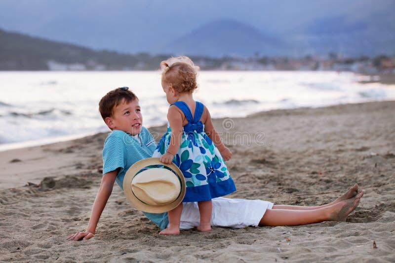 De gelukkige oudere broer speelt met zijn jongere zuster royalty-vrije stock afbeelding
