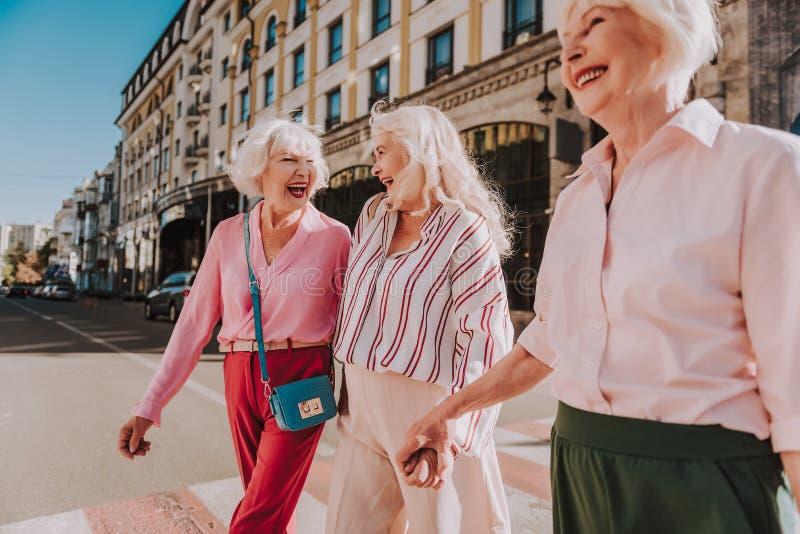 De gelukkige oudere dames lopen rond de stad royalty-vrije stock foto's
