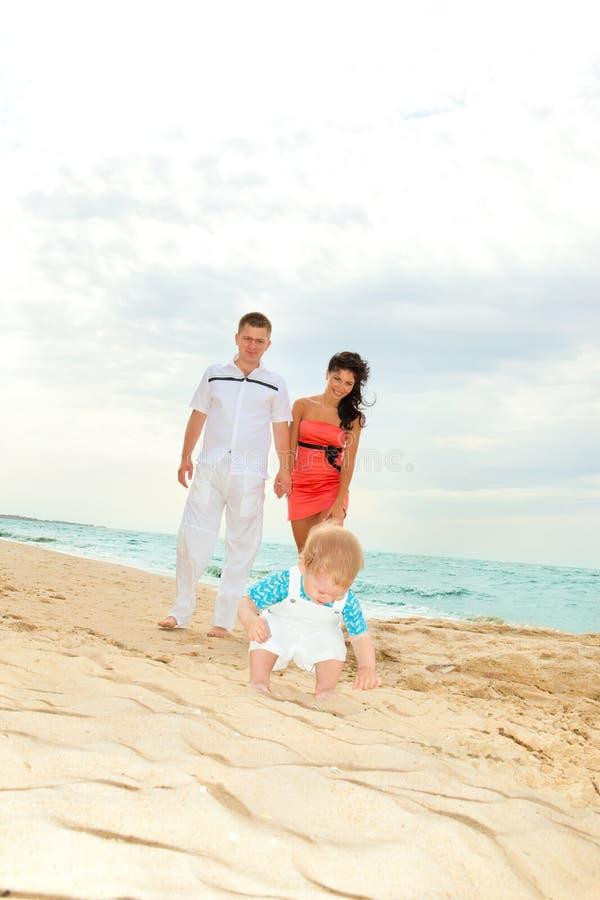 De gelukkige ouders bekijken zoon royalty-vrije stock foto's