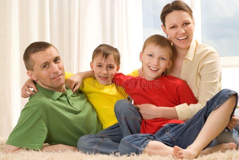De gelukkige ouders en de kinderen liggen royalty-vrije stock foto's