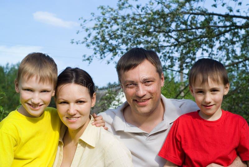 De gelukkige ouders zijn met kinderen royalty-vrije stock fotografie