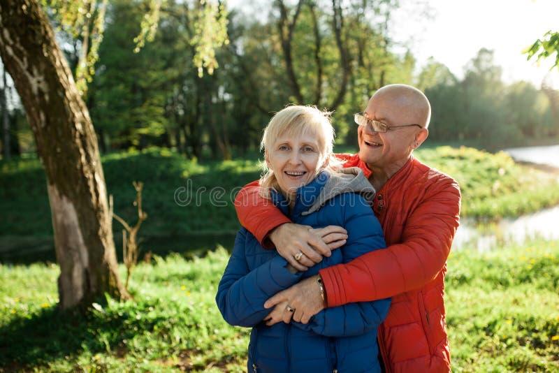 De gelukkige oudsten koppelen greep en glimlach; royalty-vrije stock foto