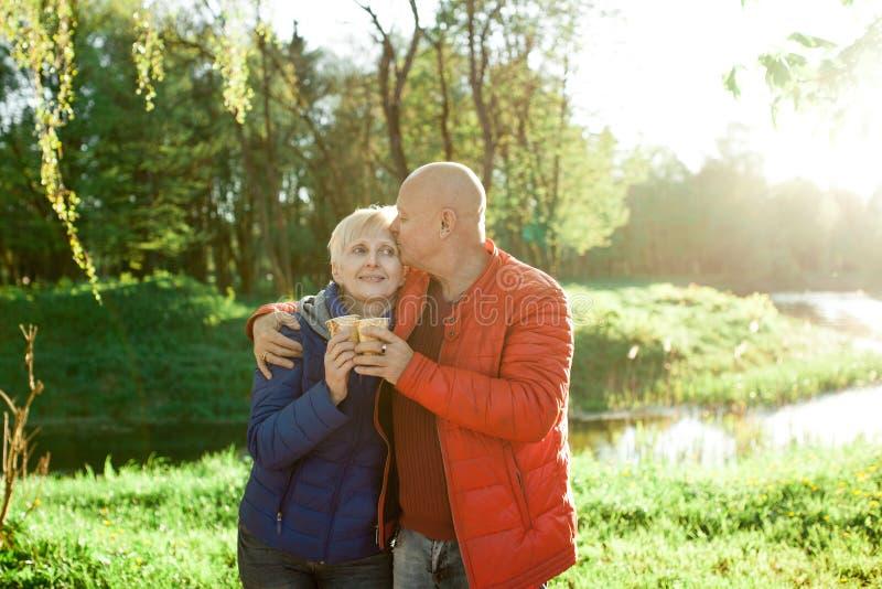 De gelukkige oudsten koppelen greep en glimlach; stock foto
