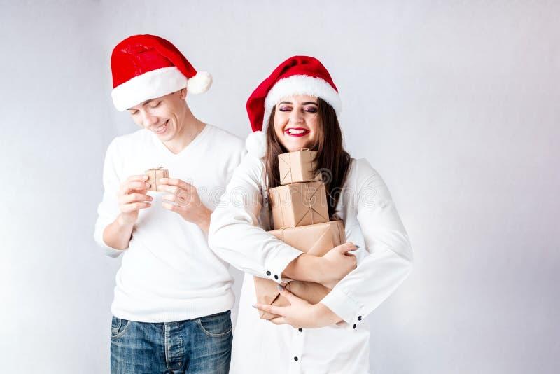 De gelukkige paarman en de vette vrouw vieren Kerstmis en nieuw jaar royalty-vrije stock afbeeldingen