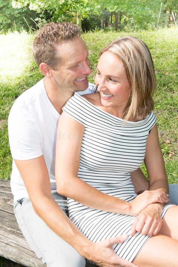 De gelukkige paren, man en vrouwen openluchtzomer stock afbeeldingen