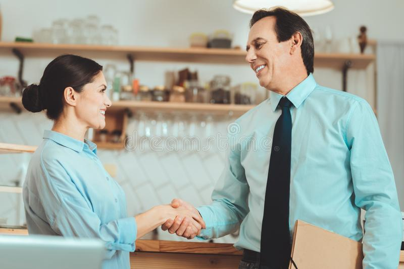De gelukkige partners die elkaar schudden overhandigt royalty-vrije stock afbeeldingen