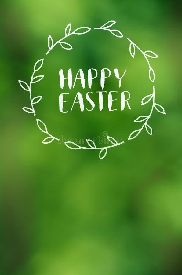De gelukkige Pasen-het van letters voorzien kalligrafie op lens defocused groene achtergrond Vakantieprentbriefkaar, affiche, ban royalty-vrije stock afbeeldingen