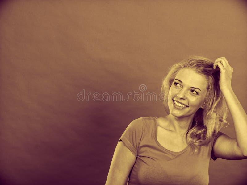 De gelukkige positieve gesturing handen van de blondevrouw stock afbeelding
